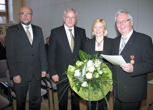 Ewald Koller (r.) ist die Verdienstmedaille verliehen worden. Mit ihm freuen sich (v.l.) Bürgermeister Theßeling, Landrat Gerd Wiesmann und Ehefrau Christel Koller