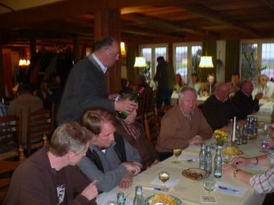 Festwirt Adolf Hüwe aus Rosendahl-Holtwick kredenzte verschiedene Weinsorten von Spätlese bis Trocken.