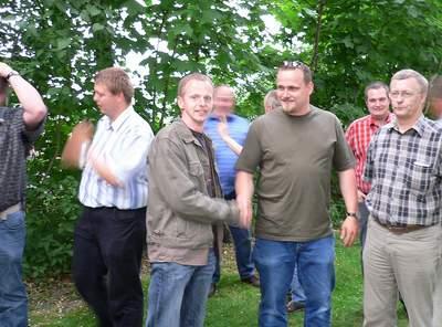 Ulrich Koller (l.), neuer Vorsitzender der Schützengilde Harwick, gratuliert Knubbenkönig Thomas Lewerich.