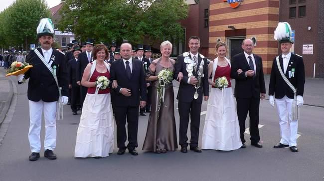 Die Throngemeinschaft (v.l.): Sabine Kreyelkamp u. Engelbert Menert, Das Königspaar Martin & Annette, Gudula Klein u. Hubert Hummelt.