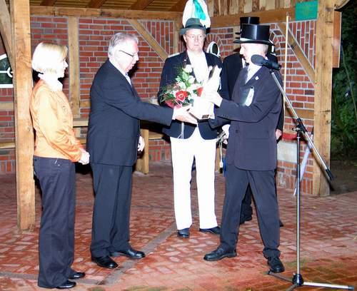 Nachfolger und Neffe Ulrich Koller (r.) bedankte sich bei Ewald Koller für 25-jähriges Enga-gement als Vorsitzender der St.-Ludgerus-Schützengilde Harwick.    (Foto: Florian Schütte)
