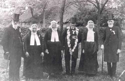 Jubiläumsthron von 1929 mit dem Königspaar Heinrich Beeke und Anna Wissing Gefolge: (v.l.) Bernhard Möllmann, Elisabeth Demmer, Bernhardine Schlüter, Anton Eing