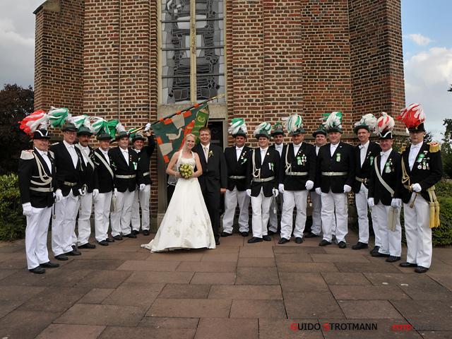 Das Brautpaar Eva & Thomas mit Offiziere und Fahne