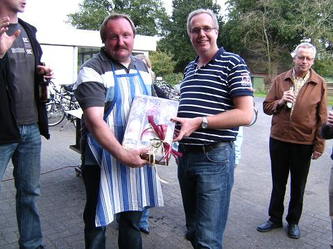 Der St. Pankratius Schützenkönig Thomas Hisker erhält ein Dankeschön vom Festausschuss durch Christian Nolte