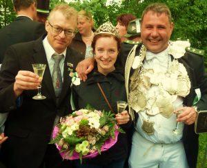 1. Vorsitzender Thomas Kersting gratuliert Königin Jessica Große Frericks und König Juppi Drees